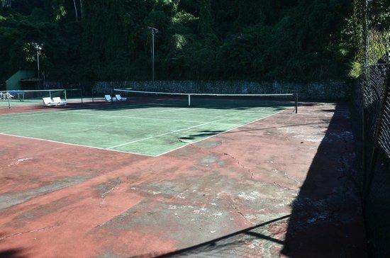 Portogalo Suite Hotel: Quadra de tênis em péssimo estado de conservação.