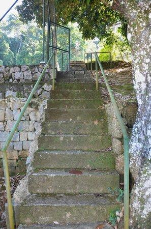 Portogalo Suite Hotel: Escada de acesso às quadras de tênis.