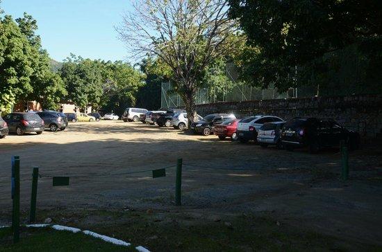 Portogalo Suite Hotel: Estacionamento, em área descoberta e de terra batida.