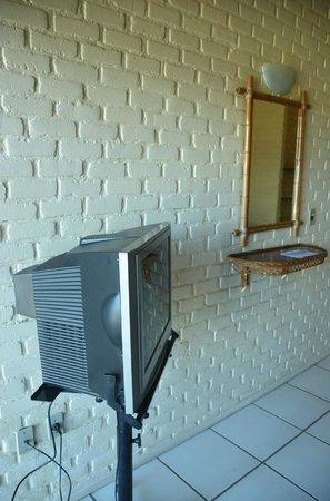Portogalo Suite Hotel: Aparelho de TV e espelho, na suíte.