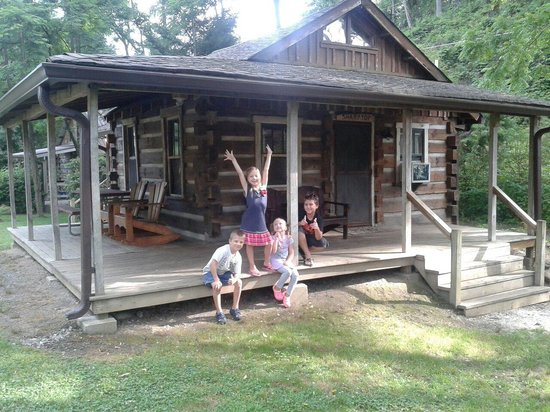 Deep Creek Tube Center & Campground: Sharptop slept two adults, a ten year old on the roll away and three kids under 8 on the futon