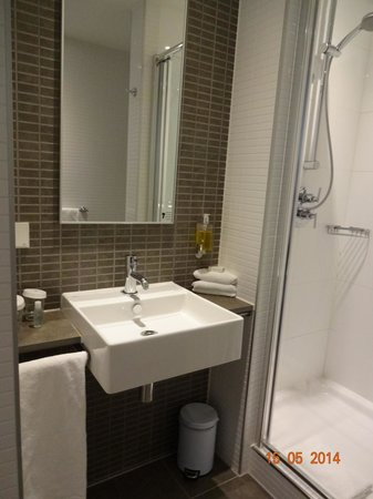 DoubleTree by Hilton Hotel Amsterdam Centraal Station : Banheiro moderno e limpo