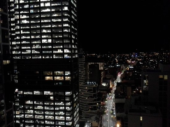 Meriton Suites Kent Street, Sydney: View from room at night