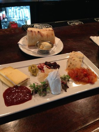 B Matthew's Eatery : delish cheese dish