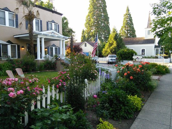 Magnolia Inn: Lovely grounds to sit and enjoy outside