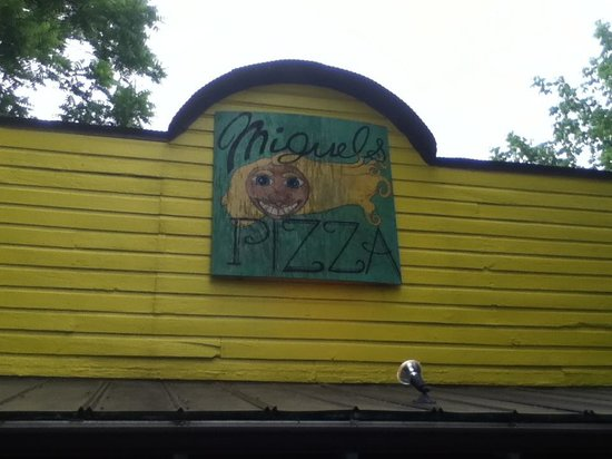 Miguel's Pizza & Rock Climbing: The entrance.