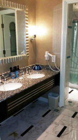 Disney's Hollywood Hotel : Suite Bathroom