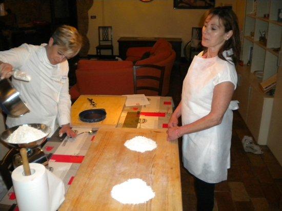 Percorsi con Gusto : Lorena and I preparing the flour and egg for pasta