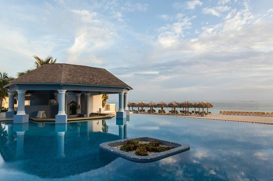 Iberostar Grand Hotel Rose Hall: Infinity pool and bar