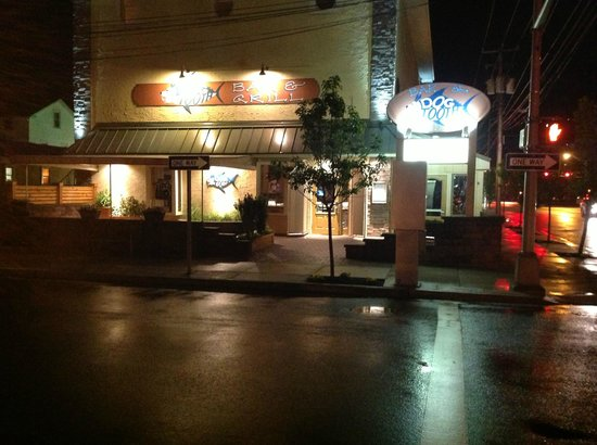 Dog Tooth Bar & Grill: Dogtooth Bar & Grill at Night