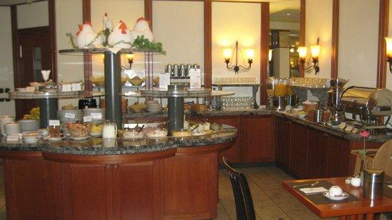 Best Western Plus Hotel Excelsior: Buffet im Frühstücksraum