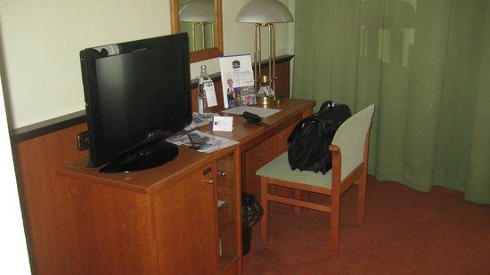 Best Western Plus Hotel Excelsior: Der kleine aber ausreichende Schreibtisch