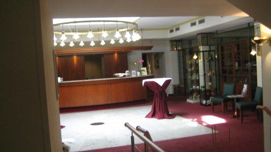 Best Western Plus Hotel Excelsior: Rezeption im ersten Stock