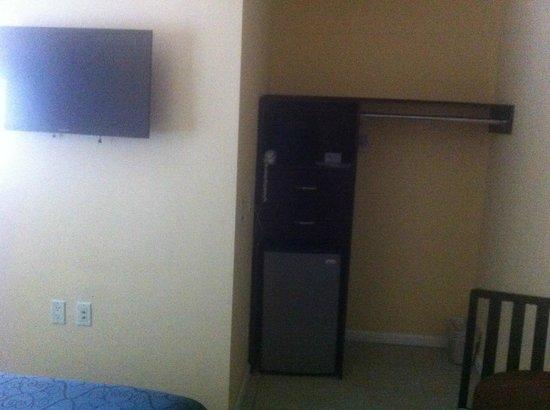 The Hotel Hollywood: TV et réfrigérateur