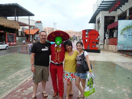 Avenida Kukulkan : una divertida foto con los amigos de mi papá