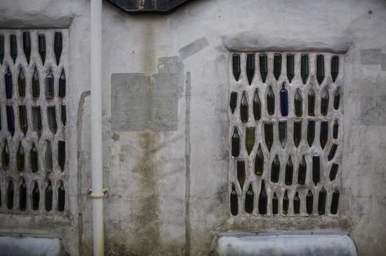 Kawakawa Public Toilets by Hundertwasser : Outside of the toilet from the back