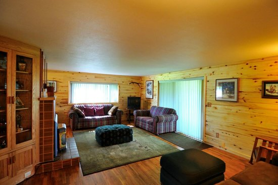 North Yellowstone Guest Cabins: Living Room view of vacation home rental