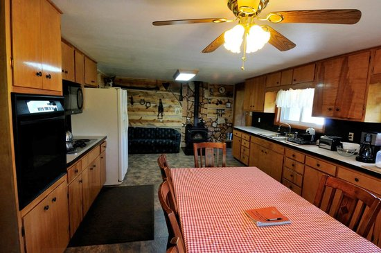 North Yellowstone Guest Cabins: Kitchen view of vacation home rental