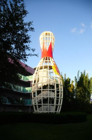 Disney's Pop Century Resort : Our landmark for the car park.