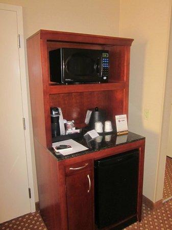 Hilton Garden Inn Toronto/Vaughan: Our room, coffee maker, fridge, microwave!