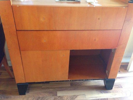 Vagabond Inn Bakersfield South: Our dresser