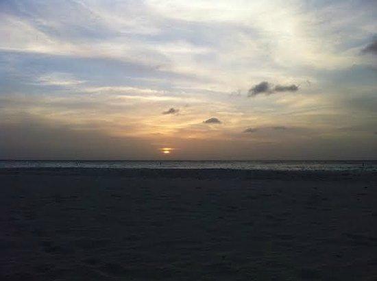 Manchebo Beach Resort & Spa: Sunset view from the resort