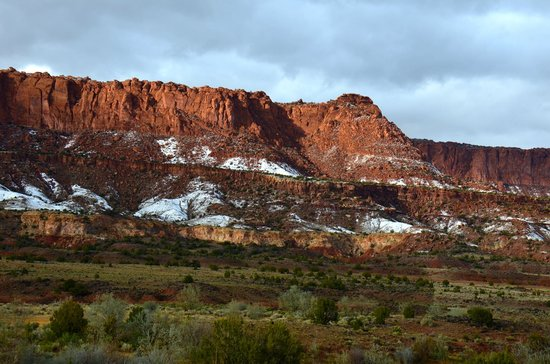Capitol Reef Resort: View of red rock cliffs from balcony.