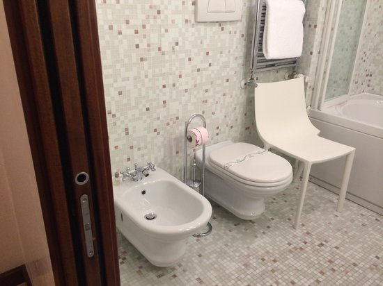 Liassidi Palace Hotel : Toilet and bidet!
