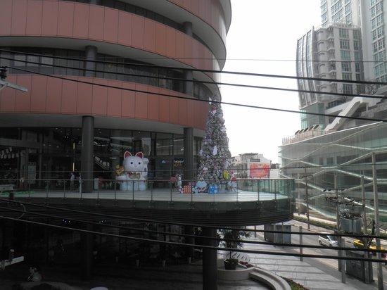 Sukhumvit: 通りに面したショッピングビル