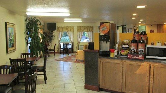 Days Inn Port Angeles: Lovely lobby and breakfast area