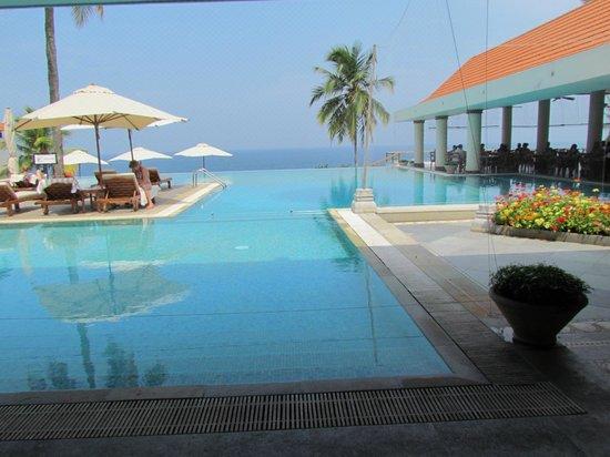 The Leela Kovalam Beach: Swimming pool