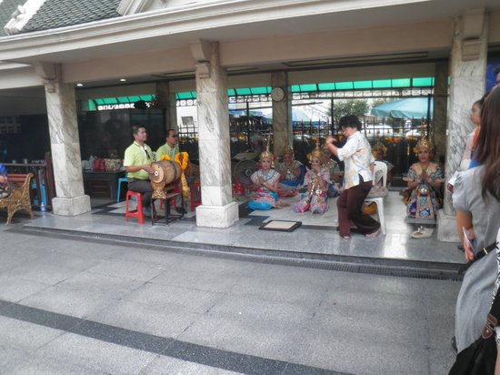 Erawan Shrine (Thao Mahaprom Shrine): 踊り