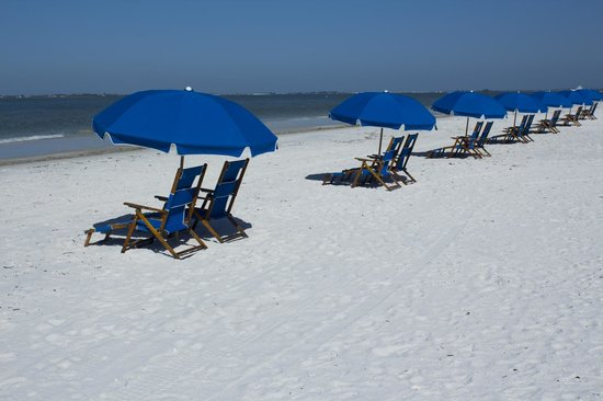 Best Western Plus Beach Resort: Beach chairs in front of hotel