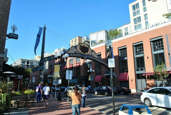 Hostelling International San Diego Downtown : the entrance of the Gaslamp