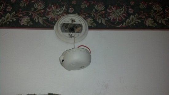 Rodeway Inn : Smoke alarm hanging by a wire