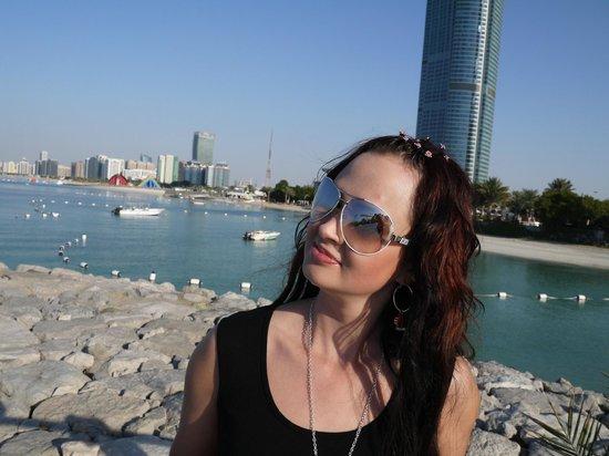 Hilton Abu Dhabi: Вид на пляж с набережной