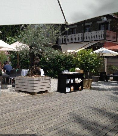 restaurant vu de la terrasse situ e derri re photo de l 39 abri c tier talloires tripadvisor. Black Bedroom Furniture Sets. Home Design Ideas
