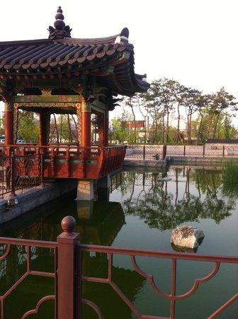 Lotte City Hotel Gimpo Airport: зона отдыха перед отелем