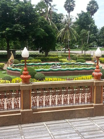 Wat Chalong : Beautiful Gardens