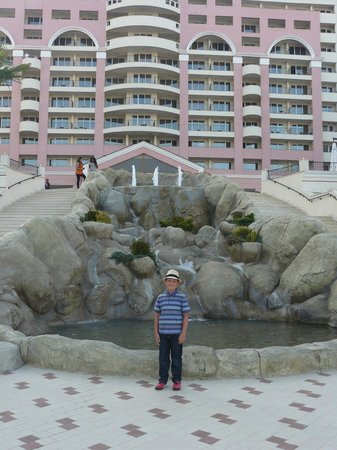 DIT Majestic Beach Resort : By the fountains