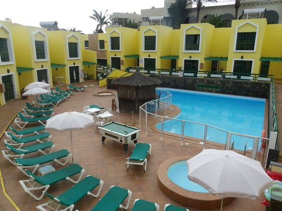 Caleta Playa Apartments: Bar and pool area