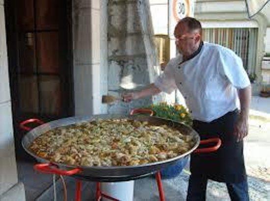 Auberge de commune : notre fameuse paella geante