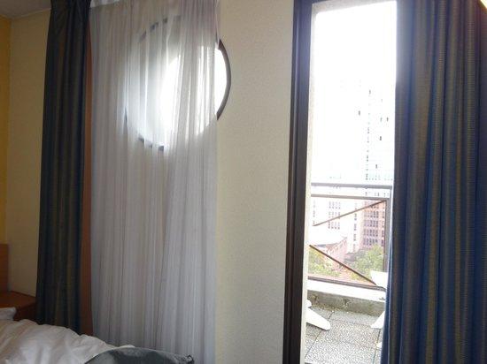 Timhotel Paris Place D'Italie : Porte fenêtre dans le chambre