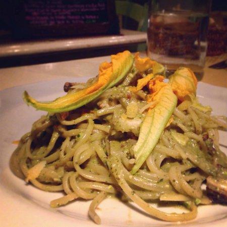 La Dispensa dei Mellini : Linguine con pesto di pistacchio, polpo, fiori di zucca e limone