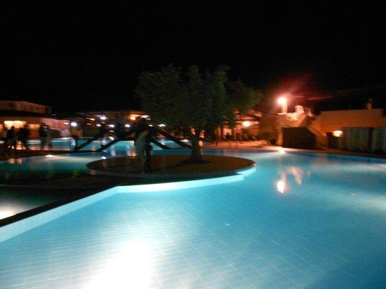Cala Gonone Beach Village : Piscina in notturna