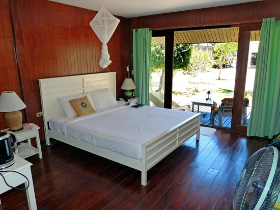 Koh Ngai Thanya Beach Resort: Bungalow Blick in den Garten