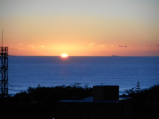 Meriton Serviced Apartments - Broadbeach: Sunrise.