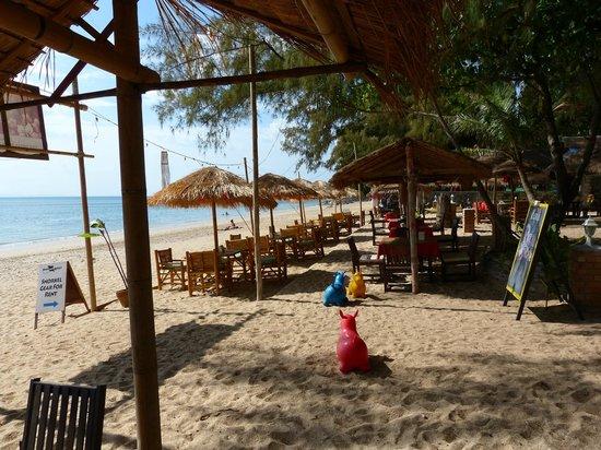 Sayang Beach Bungalows : Hotelstrand mit Restaurant