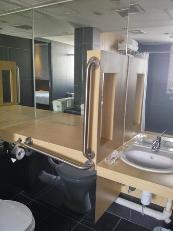 A3 Hotel Hong Kong: Family suite bathroom
