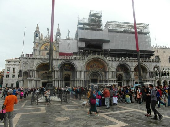 Basílica de San Marcos: La facciata con i lavori di manutenzione